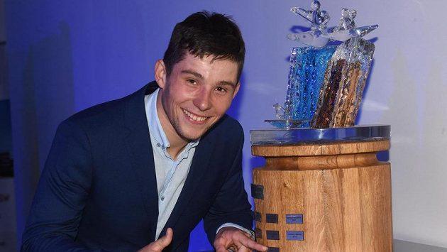 Jiří Prskavec pózuje s trofejí pro Kanoistu roku.