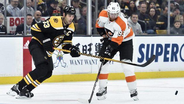 Obránce Bostonu Zdeno Chára (vlevo) a útočník Philadelphie Jakub Voráček v utkání NHL.