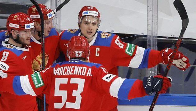 Rus Vadim Šipačov (87) se raduje se spoluhráči po jedné z branek proti Švédsku.
