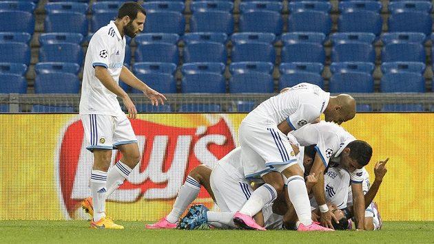 Fotbalisté Maccabi Tel Aviv slaví gól na hřišti Basileje v úvodním duelu play of Ligy mistrů.
