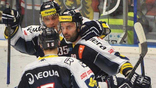 Vítkovičtí hokejisté vpředu zády Erik Němec, uprostřed Tomáš Svoboda a Jiří Burger slaví gól