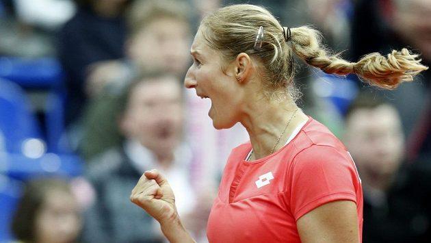 Ruská tenistka Jekatěrina Makarovoá se raduje v utkání proti Slovence Daniele Hantuchové.