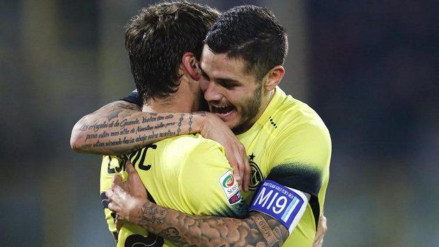 Mauro Icardi (vpravo) oslavuje svůj gól proti Boloni se spoluhráčem Ademem Ljajičem z Interu Milán.