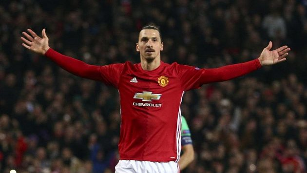Hrdina Manchesteru United Zlatan Ibrahimovic slaví, v duelu Evropské ligy proti St. Etienne zaznamenal hattrick.