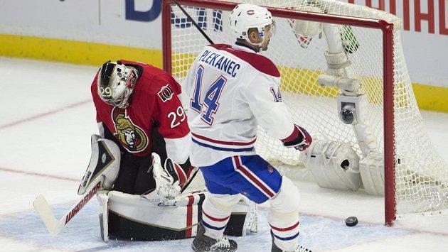 Útočník Montrealu Canadiens (vpravo) Tomáš Plekanec dává druhý gól brankáři Ottawy Mattu O'Connorovi.