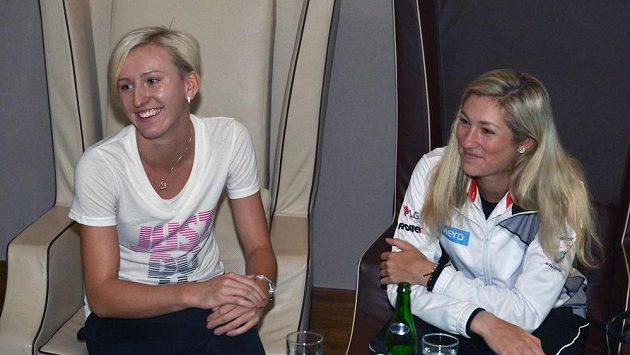 České tenistky Denisa Allertová (vpravo) a Tereza Smitková.
