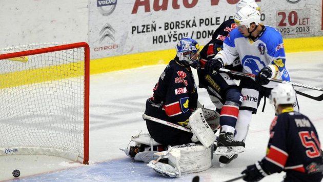 Tomáš Sýkora z Plzně (vpravo) střílí gól chomutovskému brankáři Miroslavu Hanuljakovi.