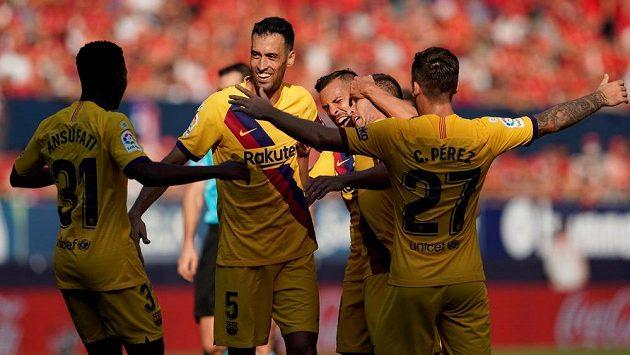 Arthur z Barcelony slaví se spoluhráči druhý gól svého týmu