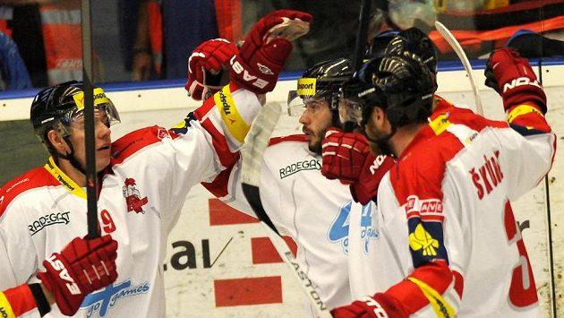 Hokejisté Olomouce slaví jednu z pěti branek proti Plzni.
