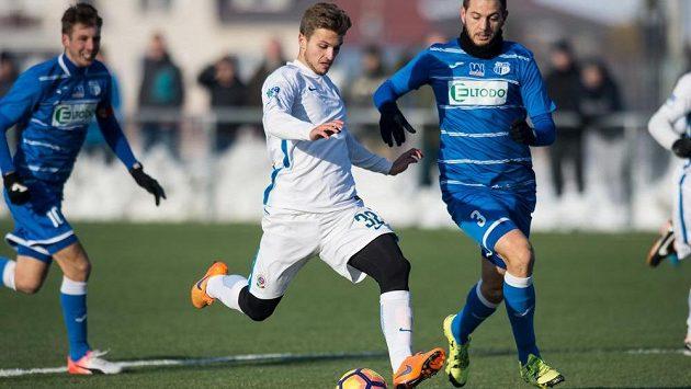 Zinedin Mustedanagič ze Sparty střílí gól během přípravého utkání proti Ústí nad Labem.