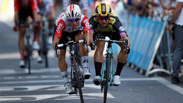 Těsný dojezd! Vlevo vítězný Australan Caleb Ewan předstihl Nizozemce Dylana Groenewegena.