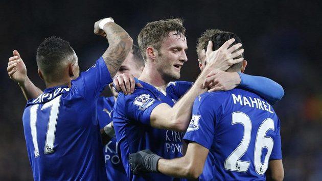 Andy King z Leicesteru slaví gól spolu s Mahrízem.