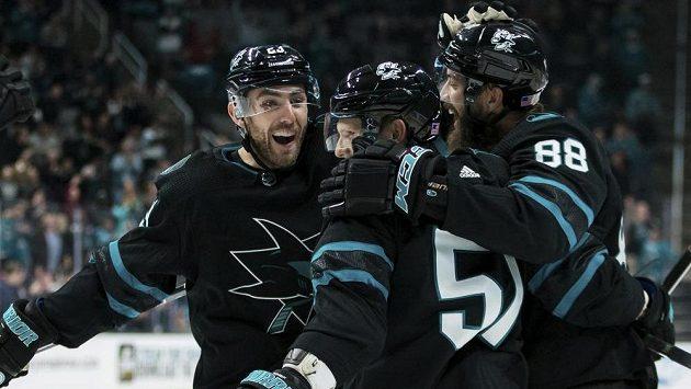 Český útočník San Jose Sharks Radim Šimek v obležení spoluhráčů, kteří mu gratulují ke vstřelené brance v utkání NHL.