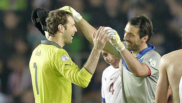 Dvě legendy. Brankář české reprezentace Petr Čech se jde po remíze s Itálií v kvalifikaci o MS 2014 v Brazílii pozdravit se svým soupeřem Gianluigim Buffonem.