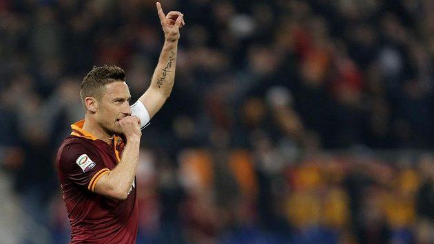 Opora a kapitán fotbalistů AS Řím Francesco Totti slaví svůj gól v pondělní dohrávce proti Udine.