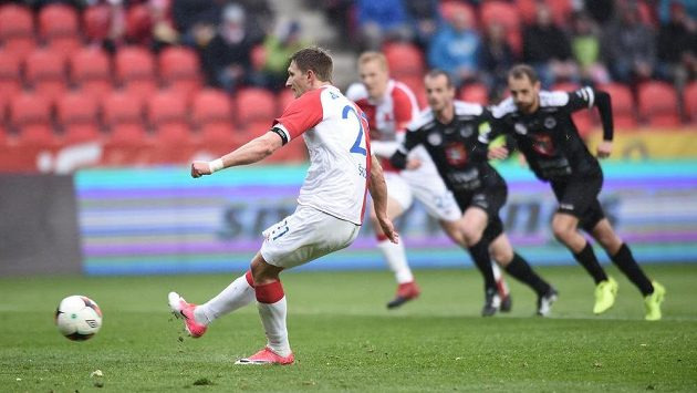 Milan Škoda ze Slavie proměňuje pokutový kop v utkání proti Hradci Králové.