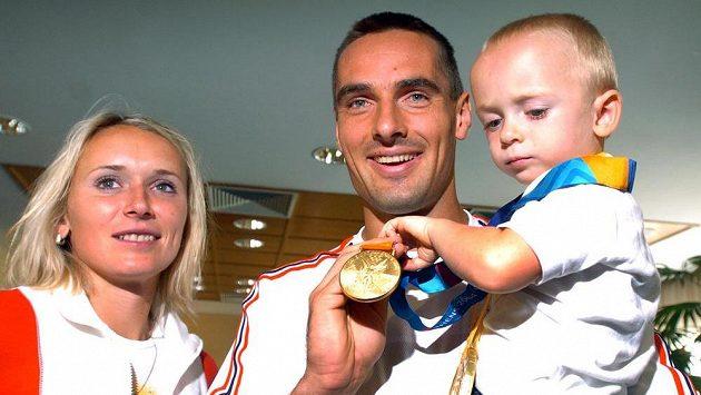 Roman Šebrle s rodinou po příletu z olympijských her v Athénách 2004