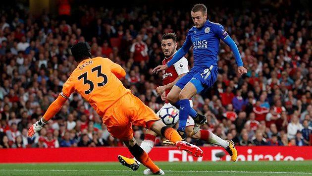 Petr Čech z Arsenalu a Jamie Vardy, který proměňuje spoluhráčův centr v gól Leicesteru.