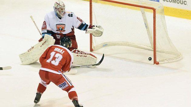 Bruno Mráz z Olomouce dává jediný gól v utkání s Hradcem Králové. Vlevo brankář Patrik Rybár.
