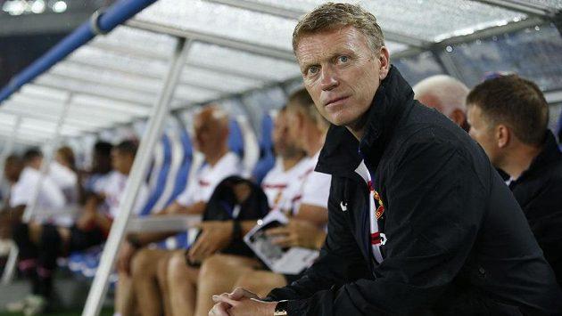 Trenér David Moyes (vpředu) zaznamenal na lavičce Manchesteru United další porážku. Jeho svěřenci nestačili na Jokohamu.