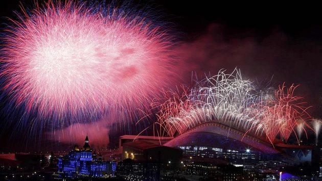 Ohňostroj nad stadiónem Fišt po ceremoniálu k zakončení olympijských her v Soči.
