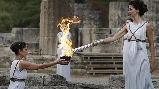 Herečka Katerina Lehuová (vpravo) drží pochodeň s olympijským ohněm pro hry 2018 v Pchjongčchangu.