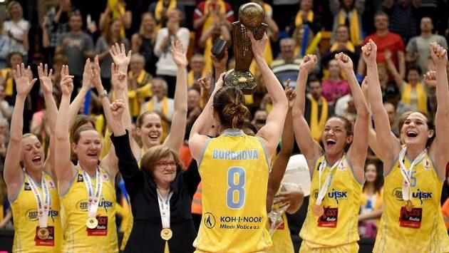 Basketbalistky USK Praha oslavují vítězství ve finále Final Four nad Jekatěrinburgem.