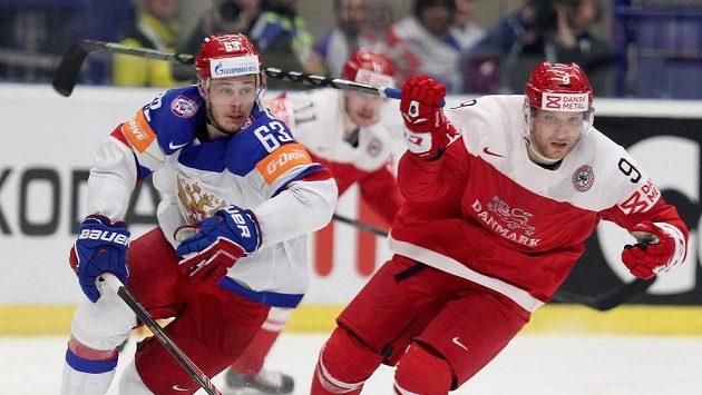 Ruský útočník Jevgenij Dadonov (vlevo) a útočník Dánska Frederik Storm během utkání MS v Ostravě.