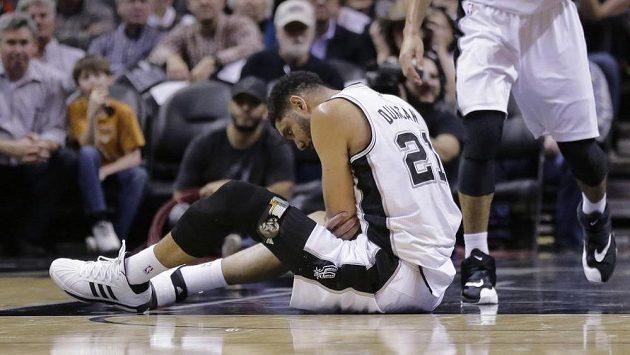 Basketbalista Tim Duncan si v zápase s Torontem poranil loket. Nemělo by však jí to vážné zranění.