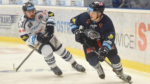 Vítkovický útočník Roman Szturc (vlevo) a liberecký obránce Radim Šimek v zápase 21. kola hokejové Tipsport extraligy.