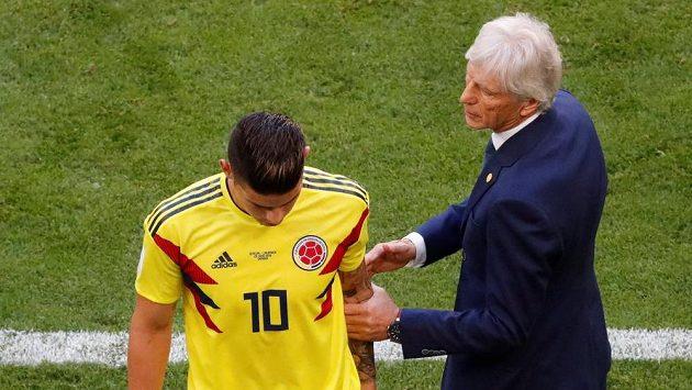 Kolumbijská hvězda James Rodriguez musela střídat během duelu se Senegalem. Vedle něj kouč Jose Pekerman.