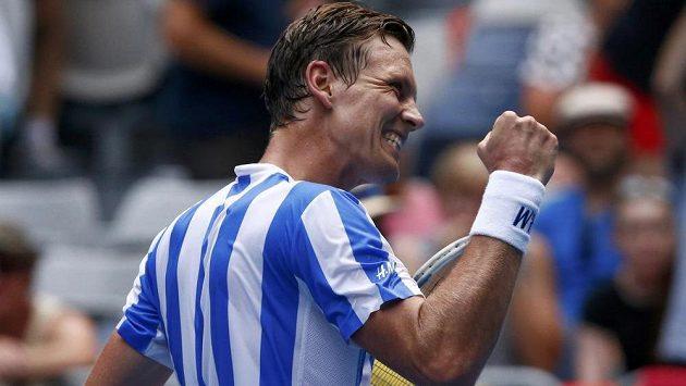 Český tenista Tomáš Berdych se raduje z vítězství nad Bosňanem Damirem Džumhurem.
