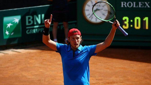 Francozský tenista Lucas Pouille oslavuje výhru nad Italem Fabiem Fogninim.