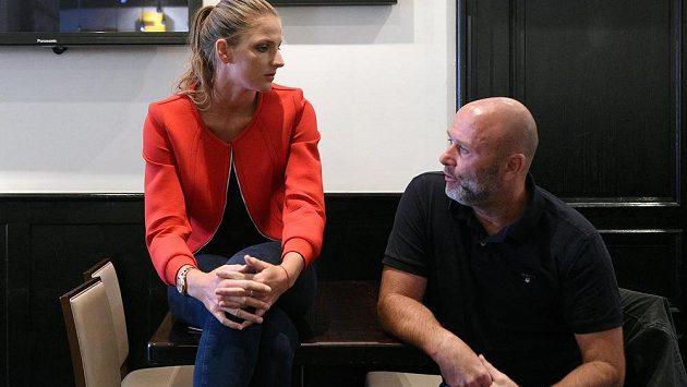 Tenistka Karolína Plíšková ukončila po necelém roce spolupráci s trenérem Davidem Kotyzou (vpravo).