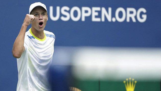 Vítězné gesto Jonáše Forejtka ve finále US Open.