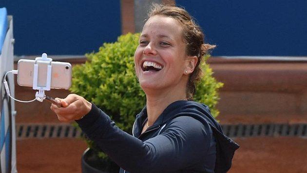 Barbora Strýcová si pořizuje selfie po vítězném zápase s krajankou Kateřinou Siniakovou.