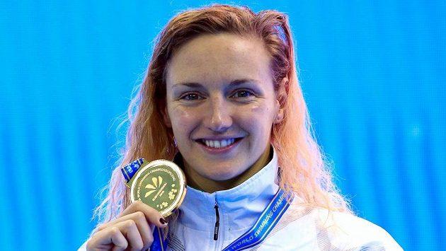 Maďarka Katinka Hosszuová pózuje se zlatou medailí na MS v plavání.