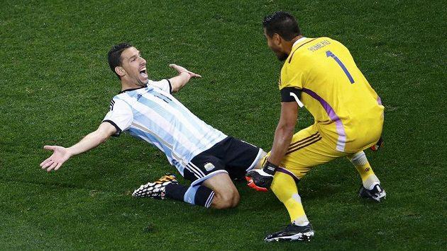 Maxi Rodríguez (vlevo) nezaváhal a poslal Argentinu do finále, dvěma vyraženými pokusy Nizozemců k postupu pomohl brankář Sergio Romero.