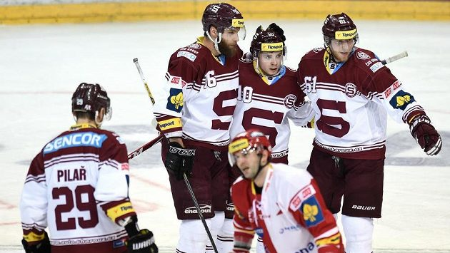 Sparťanští hokejisté (zleva) Karel Pilař, Adam Polášek, Martin Réway a Lukáš Klimek slaví gól v derby proti Slavii.