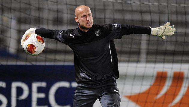 Brankář Viktorie Plzeň Petr Bolek na předzápasovém tréninku na stadiónu Stade de Garland v Lyonu.