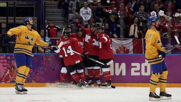 Hokejisté Kanady se radují z gólu ve finálovém utkání proti Švédsku.