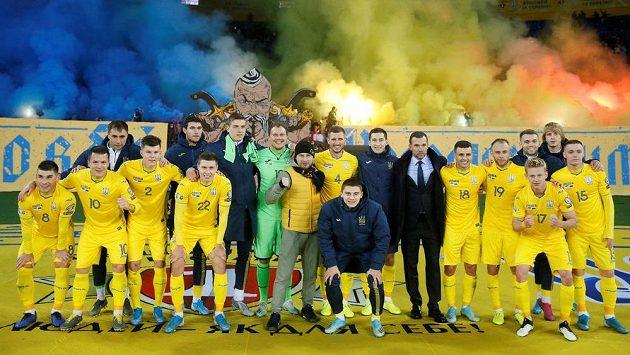 Fotbalisté Ukrajiny slaví vítězství nad Litvou, která je přiblížila k ME.