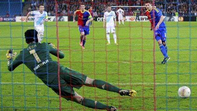 Fabian Schär z Basileje překonává z penalty Petra Čecha.