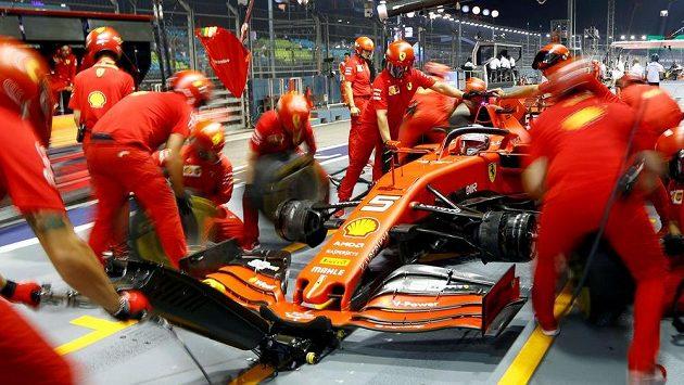 Tým mechaniků stáje Ferrari v akci, ilustrační foto.
