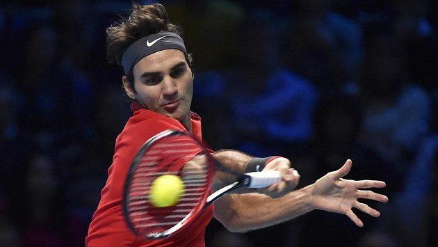 Roger Federer v semifinálovém utkání na Turnaji mistrů v Londýně.