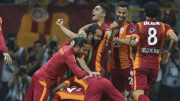 Fotbalisté týmu Galatasaray Istanbul slaví gól.