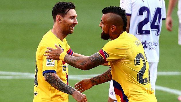 Barcelonští Arturo Vidal (vpravo) a Lionel Messi se radují z gólu proti Valladolidu.