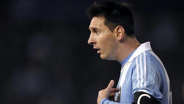 Argentinský fotbalista Lionel Messi se diví rozhodnutí sudího.