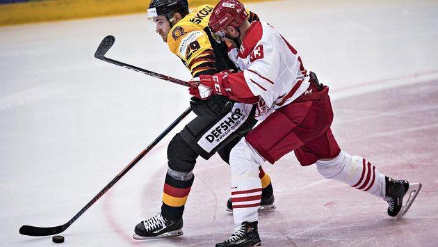 Německý útočník Leon Draisaitl (vlevo) v souboji s Peterem Reginem z Dánska v utkání obou týmů minulý týden ve Vojensu.