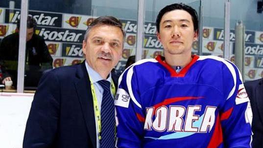 Prezident IIFF René Fasel (vlevo) s jedním z hráčů Jižní Koreje.